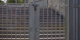 Zamknięta metal brama, schodki na słonecznym dniu i zdjęcia royalty free