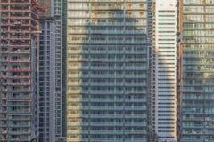 Zamknięta rama drapacz chmur w Dubai z balkonami z budową obrazy royalty free