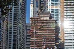 Zamknięta rama drapacz chmur w Dubai z balkonami z budową obrazy stock