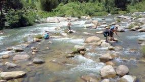Zamknięta widoków facetów chwyta ryba z Prącie sieciami w Działającej rzece zbiory wideo