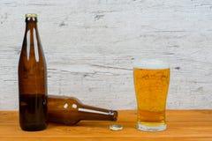 Zamknięte i rozpieczętowane piwne butelki z pełnym szkłem zdjęcie stock