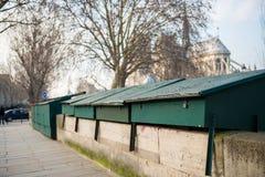zamknięte kabiny antykwaryczny księgarz na krawędzi wontonu w Paryż zdjęcie stock