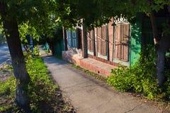 Zamknięte nadokienne drewniane żaluzje w starym domu w rosyjskim siberian projektują w Petropavl, Kazachstan Obrazy Stock