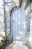 Zamkniętego drzwi koloru Popielata konstrukcja z silną kamienną ścianą zdjęcie royalty free