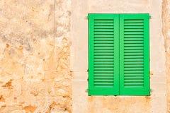 Zamkniętego greein nadokienna żaluzja z wieśniak ściany tłem fotografia royalty free