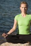 zamkniętego obsiadania zamknięty wodny kobiety joga Obrazy Royalty Free