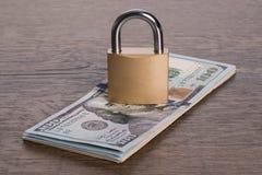 zamkniętego pojęcia ilustracyjny kędziorek blokował pieniądze ochrony portfel Fotografia Royalty Free