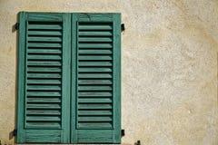 Zamkniętego rocznika nadokienna żaluzja w słonecznym dniu, Italy stylu betonu cementu ściana zdjęcie royalty free