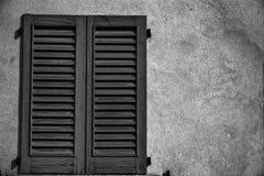 Zamkniętego rocznika nadokienna żaluzja w słonecznym dniu, Italy stylu betonu cementu ściana fotografia stock