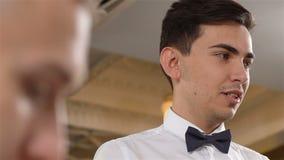 Zamkniętego widoku Młody kelner w krawacie Bierze rozkaz w restauraci zbiory wideo