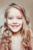 zamkniętej szczęśliwy mały portret dziewczyny Zdjęcia Royalty Free