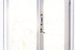 Zamknięty biały rocznika okno z światłem słonecznym na tle, z em Fotografia Stock