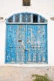 Zamknięty Drewniany dzwi wejściowy Stary dom z Dużym kędziorkiem Zdjęcie Stock