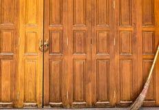 Zamknięty drzwi z starą miotłą Zdjęcie Royalty Free