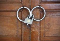 zamknięty drzwiowego kędziorka metal drewniany Obrazy Stock
