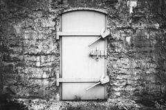Zamknięty metalu drzwi w starej fortyfikaci ścianie Zdjęcia Royalty Free