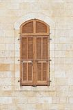 Zamknięty okno stary budynek z storami Obraz Royalty Free