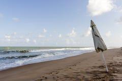 zamknięty plażowy parasol na piasku Zdjęcie Stock