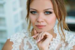 Zamknięty portret blondynki z niebieskimi oczami Dziewczyna jest gapiowska przy kamerą Spojrzenie model i przebijanie głęboko Fotografia Royalty Free