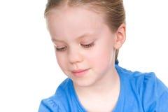 Zamknięty portret szczęśliwa mała dziewczyna patrzeje w dół Fotografia Royalty Free