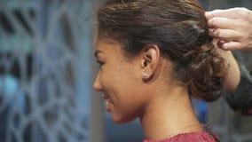 Zamknięty portreta widok atrakcyjny brunetka model w zwolnionym tempie zdjęcie wideo