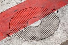 Zamknięty round ściekowy manhole z gwiazda wzorem Zdjęcia Royalty Free