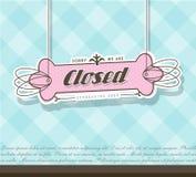 Zamknięty szyldowy obwieszenie na różowej odznace Obrazy Stock