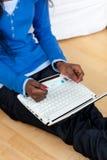 zamknięty używać kobiety zamknięty Afrykanina laptop Obrazy Stock