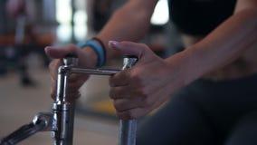Zamknięty upof atrakcyjna blondynki dziewczyna robi ćwiczeniom dla brzusznych muscules używać dosunięcie trenera przy gym swobodn zbiory