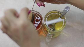 Zamknięty wideo robić filiżance czarna herbata z świeżą herbacianą torbą w gorącej wodzie zdjęcie wideo