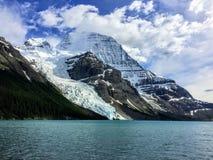 Zamknięty widok góry Robson lodowiec bezpośrednio przez od Góra lodowa jeziora, podczas gdy wycieczkujący góra lodowa Jeziornego  fotografia stock