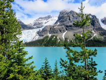 Zamknięty widok góry Robson lodowiec bezpośrednio przez od Góra lodowa jeziora, podczas gdy wycieczkujący góra lodowa Jeziornego  obrazy stock