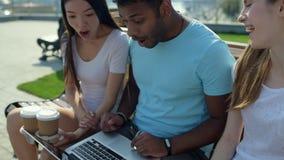 Zamknięty widok rozochoceni ucznie wyraża podniecenie zdjęcie wideo
