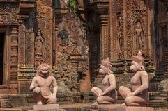 Zamknięty widok zewnętrzni cyzelowania i statuy, Banteay Srei, Cambo obrazy stock