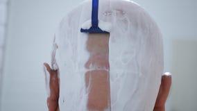 Zamknięty wizerunek z mężczyzną Goli Jego Kierowniczego w łazience zdjęcie royalty free