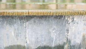 Zamknięty yp widok przepływ woda na fontannie zdjęcie stock