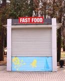 Zamknięty fasta food budka z byczym Roger znakiem Obraz Royalty Free