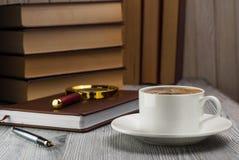 Zamknięty notatnik z fontanny piórem na nieociosanym stole Fotografia Royalty Free