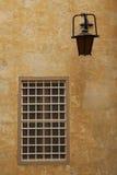 Zamknięty okno z gretingiem blisko lampionu w Mdina Zdjęcie Royalty Free