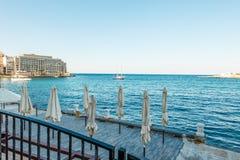 Zamknięty sumbrellas St Julians, Malta zdjęcie stock