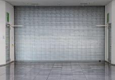 Zamknięta rolkowa żaluzja przy sklepem Obraz Stock