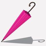 Zamknięty różowy colour parasol z kropkami odizolowywać Zdjęcia Royalty Free
