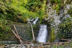 Zamlakskyi vattenfall i Maniava Carpathian berg, Ivano-FRA Arkivbild
