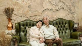 Zamożna Azjatycka starszej osoby para szczęśliwa w luksusu domu obraz stock