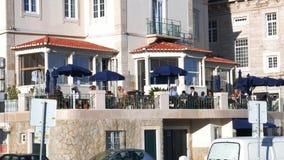 Zamożni turyści cieszą się napoje przy tarasem w restauracji na słonecznym dniu zbiory wideo