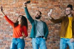 Zamożnych millennials technologii nowożytna obsesja zdjęcie stock