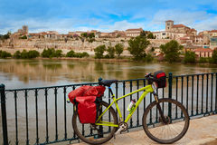 Zamora Duero rzeka z pielgrzymim rowerem Zdjęcia Royalty Free