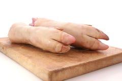 zampone fresco del maiale sulla scheda del legname Immagini Stock Libere da Diritti