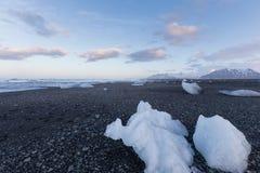 Zamraża na plaży nad seacoast linią horyzontu, Iceland Zdjęcia Stock