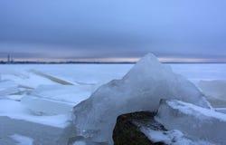 Zamraża na zatoce Finlandia, śnieg, St Petersburg, głaz, winte Obrazy Royalty Free